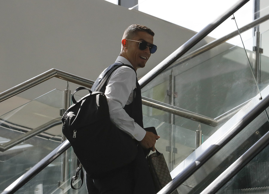 Ronaldo leaves Russia with a smile & praise as Portugal fly home from World Cup (VIDEO, PHOTO)
