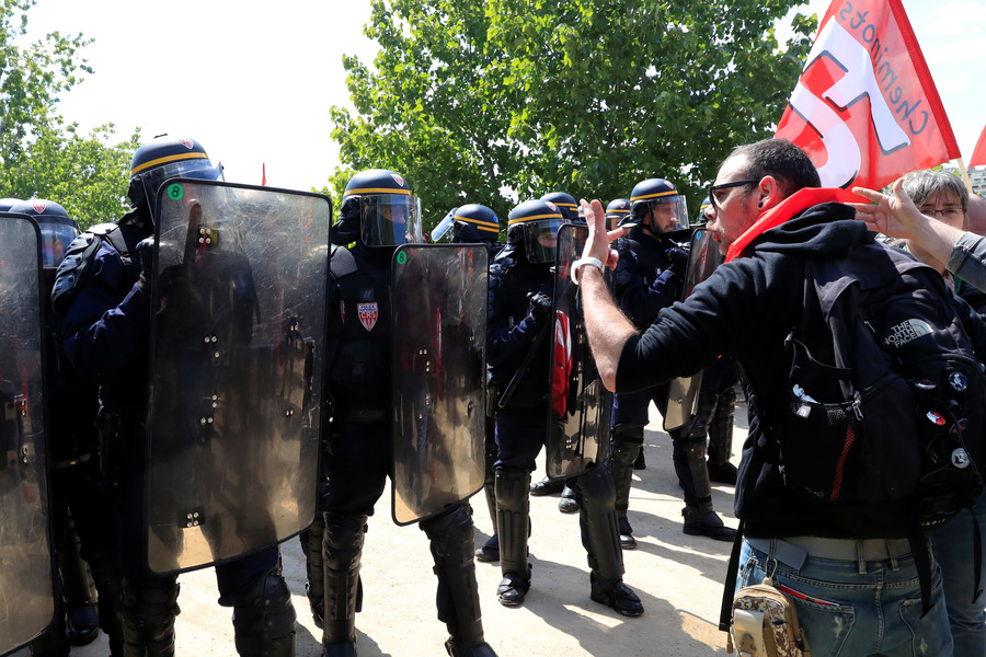 Clashes between right-wing & Antifa protesters declared riot by Portland cops (VIDEO)