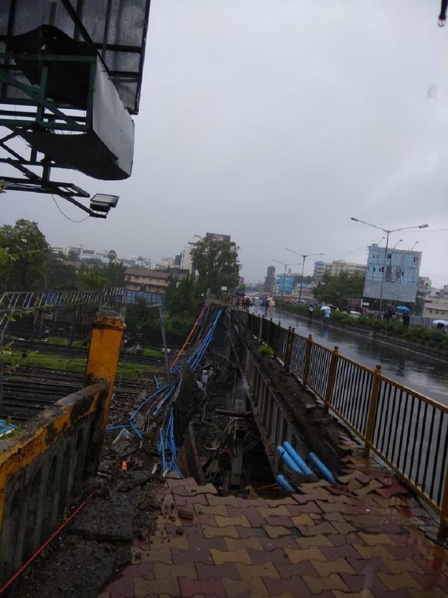 Bridge collapse in Mumbai, India, halts train traffic, injures 6 (PHOTOS)