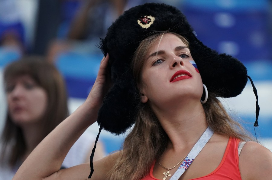 Stinky Russian men inferior to 'gallant' visiting fans, UK reporter says in cliche-ridden piece