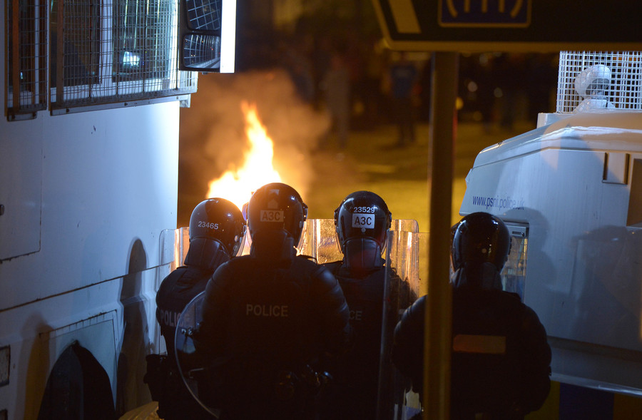 Police say rioters tried to murder them during 6th night of violence in N. Ireland (VIDEOS)