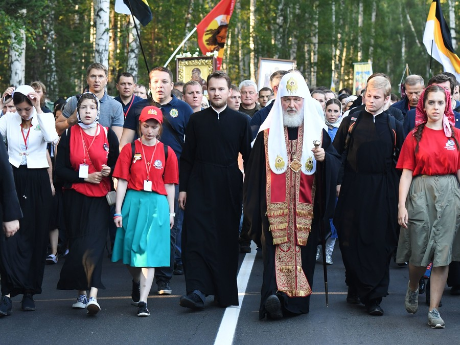 Russian patriarch heads 100,000-strong procession honoring Romanovs' martyrdom