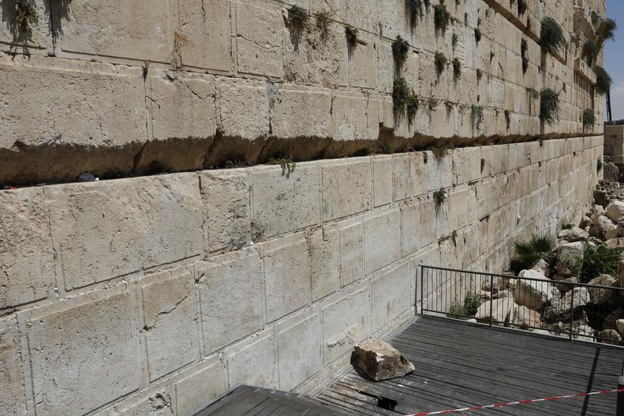 Large boulder breaks off Jerusalem's Western Wall, almost hits worshipper (VIDEO)