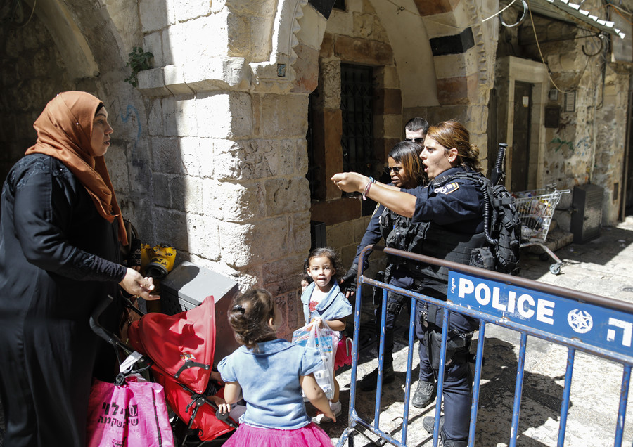 Israeli police seal gates to Al-Aqsa Mosque after clashes with Muslim prayers (VIDEO)
