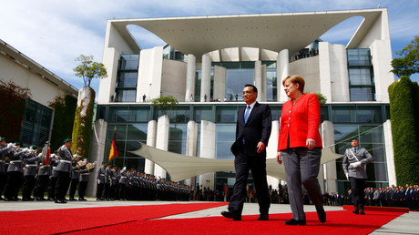 German Chancellor Angela Merkel and Chinese Prime Minister Li Keqiang review the guard of honour at the chancellery in Berlin © Fabrizio Bensch