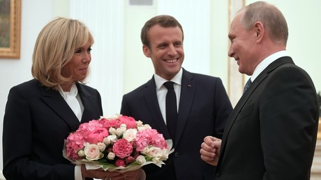 Putin meets Macron ahead of World Cup final, gives flowers to French first lady (VIDEO)