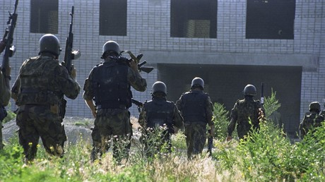 Russian special forces officers prepare to storm the Budyonnovsk hospital captured by Shamil Basayev's terrorist gang © Yuri Tutov