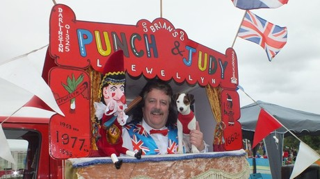 Brian Llewellyn and dog Tobi at his Punch and Judy stand. © Mr Punch
