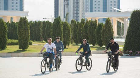 Biking Kadyrov pedals for 40 km to inspect Chechen capital Grozny (VIDEO)