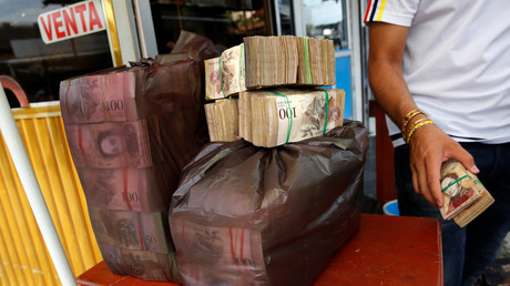 Plastic bags filled with Venezuelan bolivar notes are seen on a currency trader's table © Carlos Garcia Rawlins