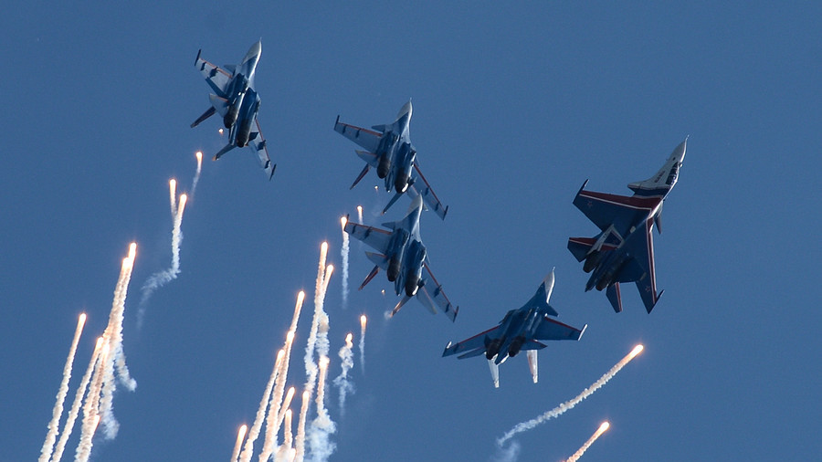 Russian military jets & helicopters amaze crowd with spectacular stunts (VIDEO)