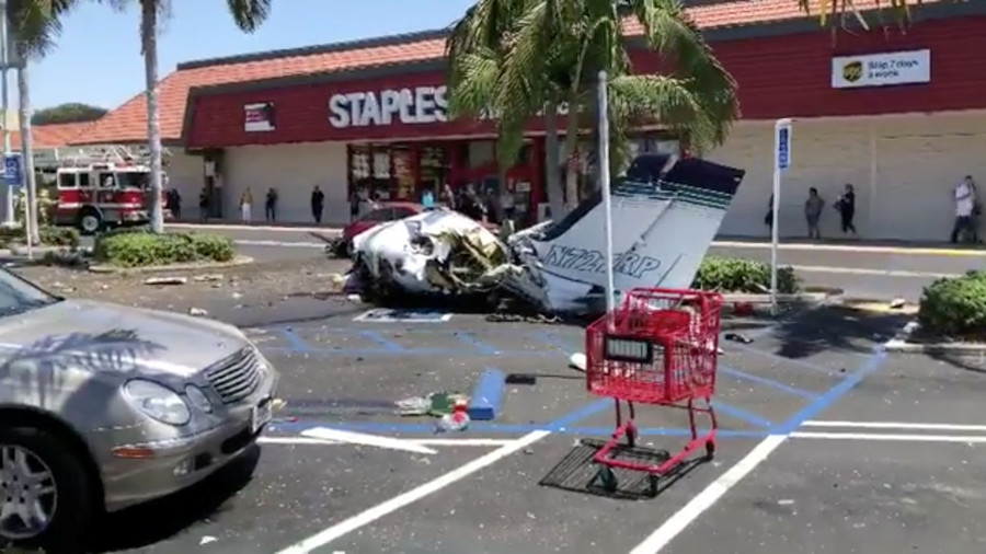 Cessna plane crashes in California parking lot, killing all 5 on board (PHOTOS)