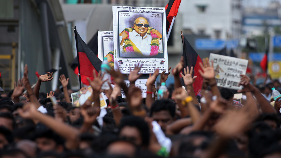 Deadly stampede as thousands attend funeral of Indian political icon Karunanidhi (PHOTOS)