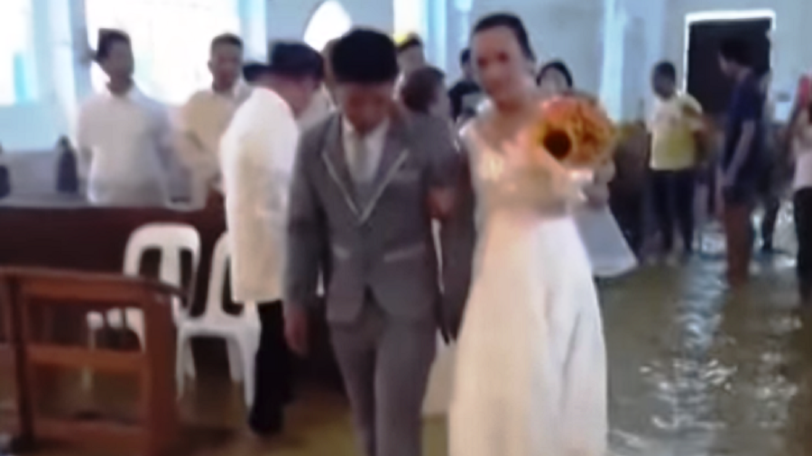 Unsinkable commitment: Filipino couple marries in church flooded after heavy rains (PHOTOS, VIDEO)