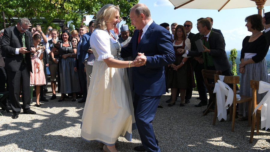 VIP guest Putin brings big bouquet of flowers, dances with Austrian FM at her wedding (PHOTOS)