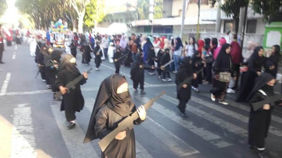 Kindergarten children dressed as ISIS militants for Indonesian independence day parade