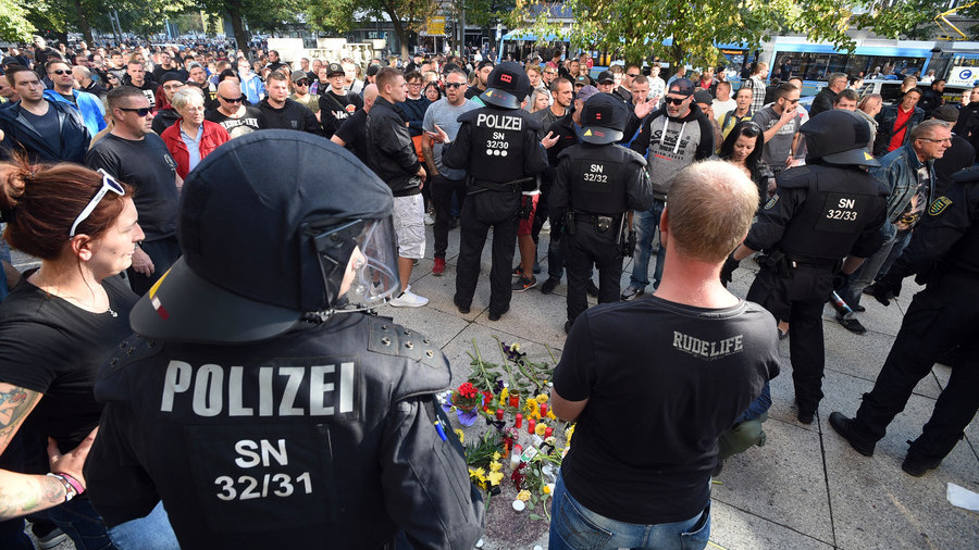 German far-right and anti-Nazi protesters clash over Chemnitz stabbing