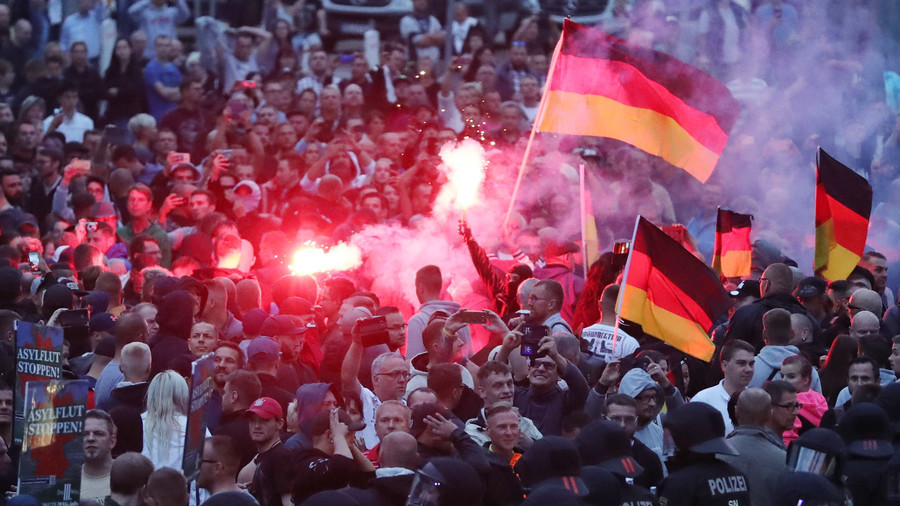 20 police & protesters injured in Chemnitz as mayhem over German man's death hits 2nd day (VIDEO)
