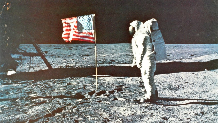 Moon landing movie stirs controversy by leaving out American flag