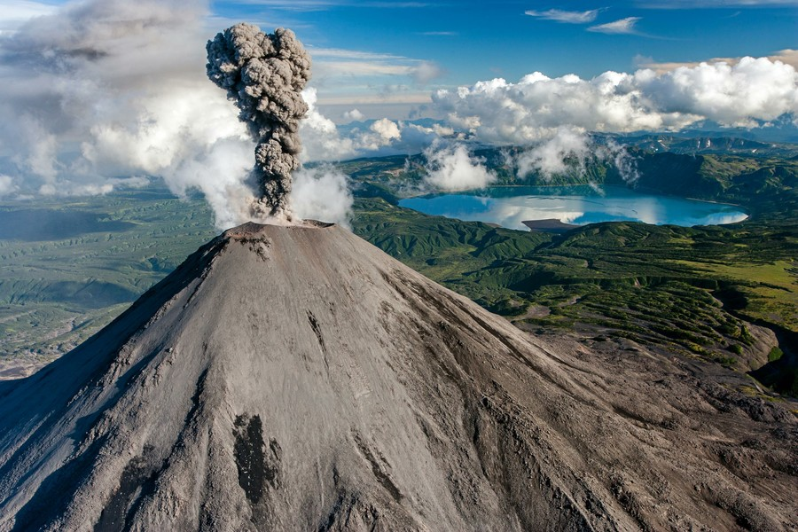 Russian volcano filmed spewing out enormous ash clouds (VIDEO)