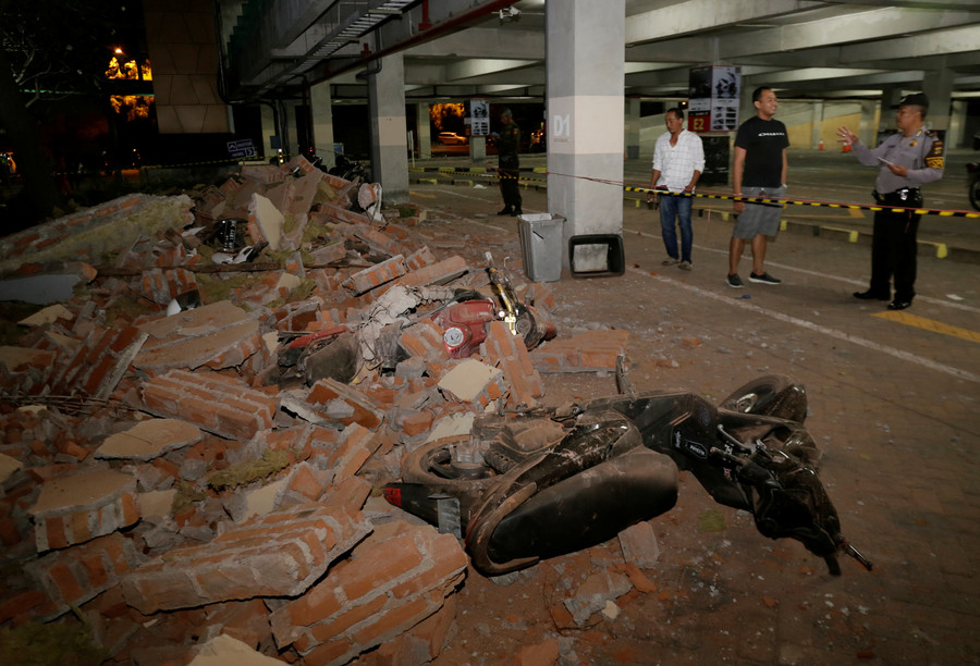 At least 91 killed as 6.9 magnitude earthquake hits off Lombok island in Indonesia (VIDEO)