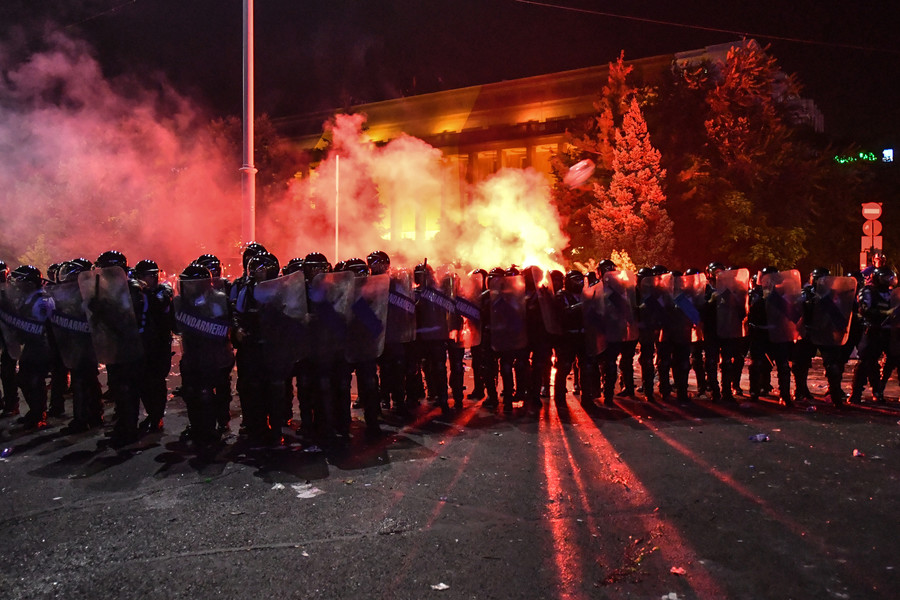 440 injured in clashes between anti-government protesters & riot police in Romania (PHOTOS)