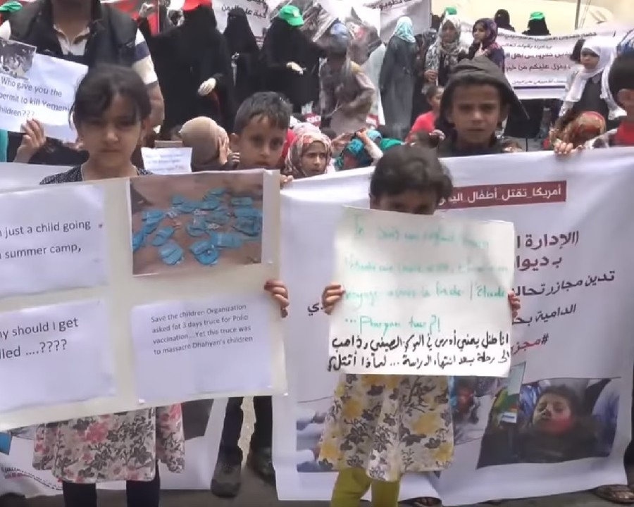 Yemeni children protest Saudi-led aggression after school bus airstrike tragedy (VIDEO)