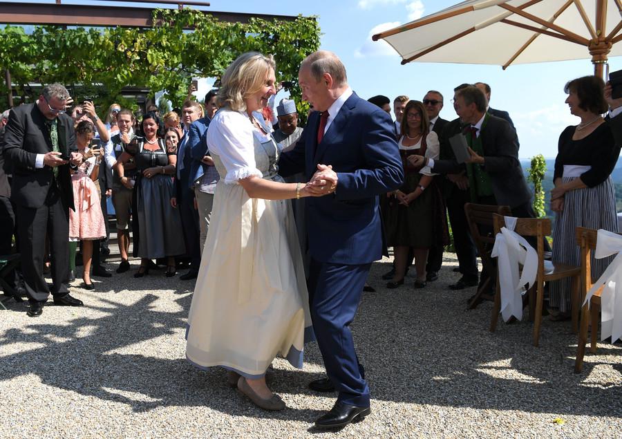VIP guest Putin brings big bouquet of flowers, dances with Austrian FM at her wedding (PHOTOS)