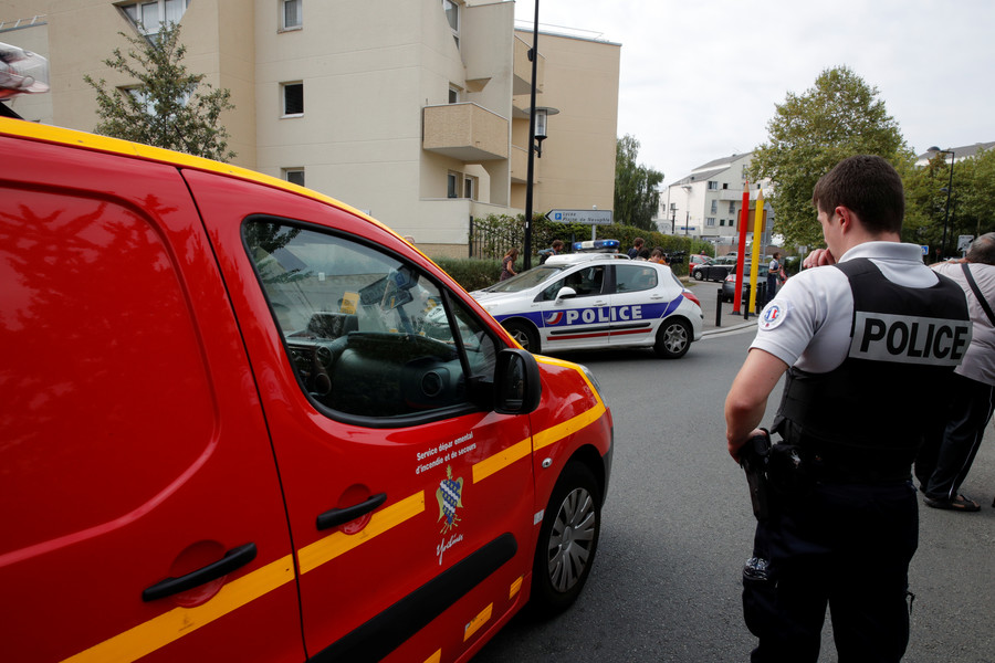 2 people killed, 1 seriously injured in knife attack near Paris