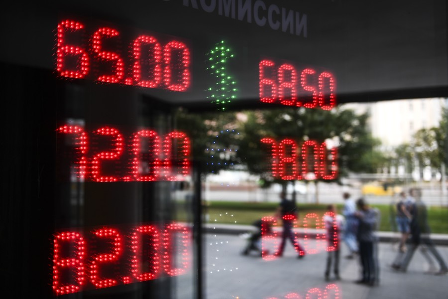 US dollar and rouble equally attractive to Russians as means of savings poll shows