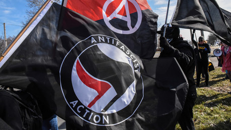 Antifa members wave flags at a protest in Michigan © Stephanie Keith