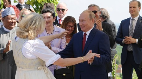 VIDEO shows Putin dancing with Austrian FM, delivering toast in German at her wedding