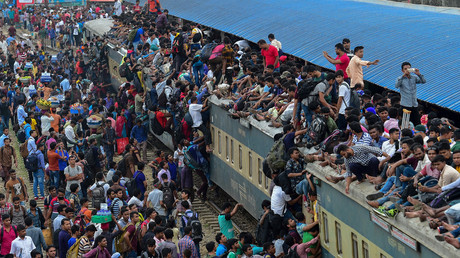 Bangladeshi passengers scramble onto train's roof to get home for 'Big Eid' (VIDEO)