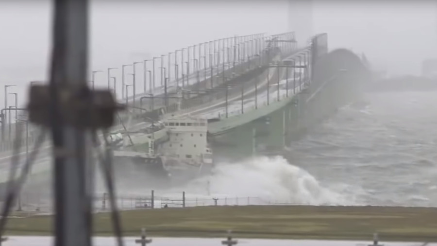 Fuel tanker smashes into bridge in Japan during massive typhoon (VIDEO)