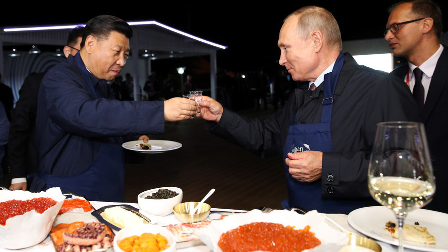 Putin, Xi Make Pancakes and Drink Vodka Together in Vladivostok
