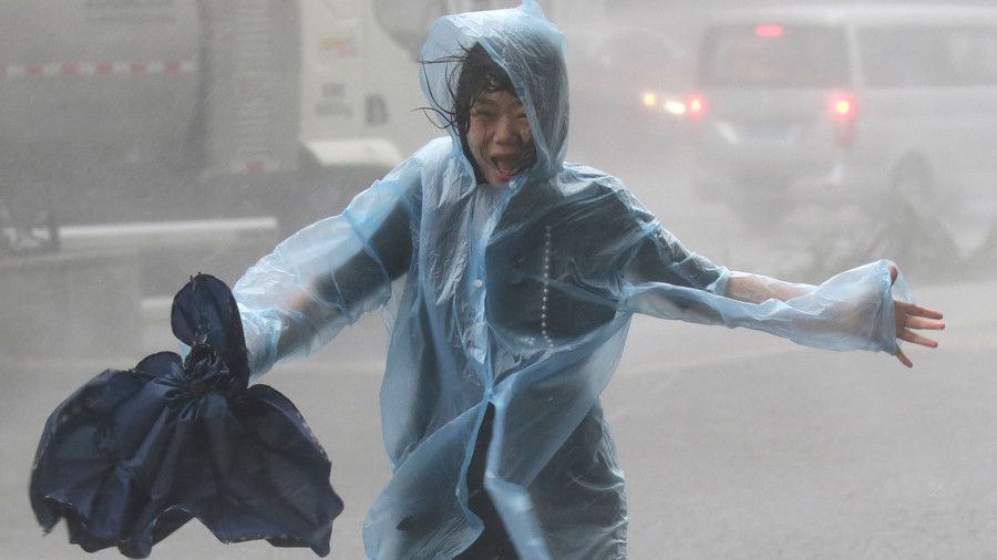 Hong Kong on highest typhoon alert as Mangkhut wreaks havoc, injures 100+ in China (VIDEO)