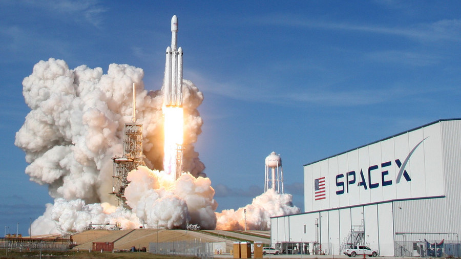 SpaceX Will Take Tourists To Moon On It's Falcon Heavy Rocket