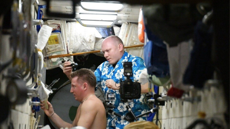 Space barbershop: Russian cosmonauts trim & count white hair after Soyuz depressurization (VIDEO)