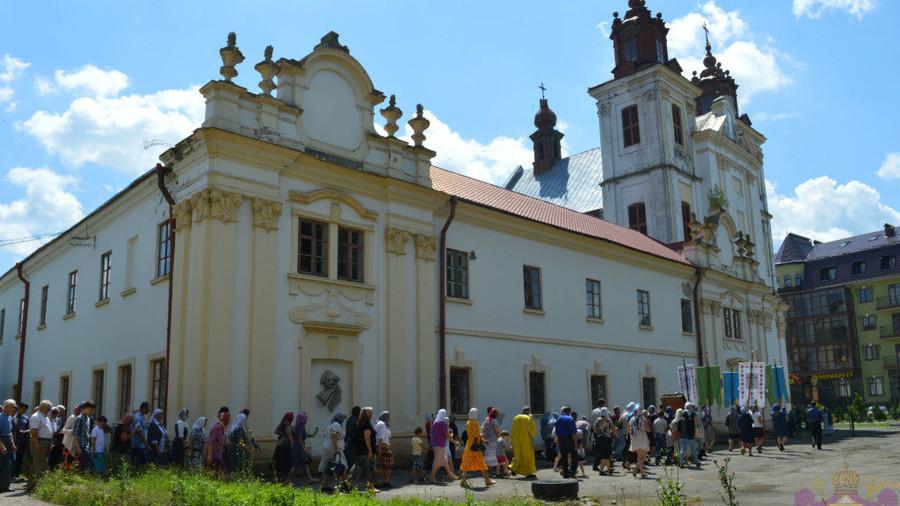 Ukrainian radicals storm church, several injured – report