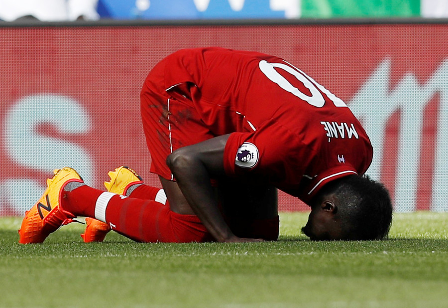Liverpool star Mane filmed cleaning toilets at local mosque (VIDEO)
