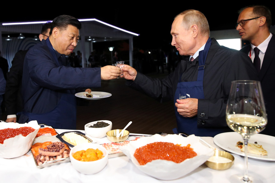 Putin & Xi cook pancakes, devour them with Russian caviar and vodka (VIDEO)