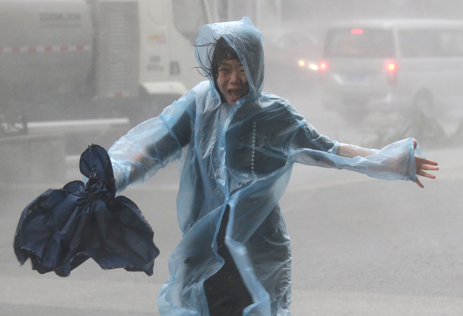 Hong Kong on highest typhoon alert as Mangkhut wreaks havoc, injures 100+ in China (VIDEO)