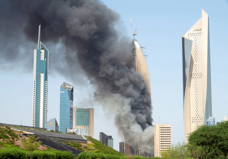 Kuwait skyscraper inferno: 2,500 workers rush to escape as black smoke spews into sky (VIDEO)