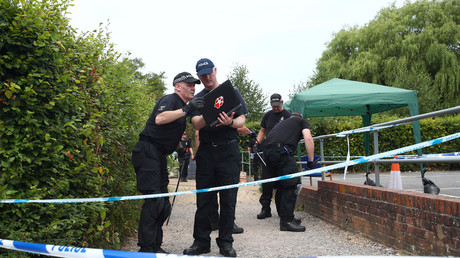 FILE PHOTO: Police officers search Queen Elizabeth Gardens in Salisbury, Britain, July 19, 2018. © Hannah McKay