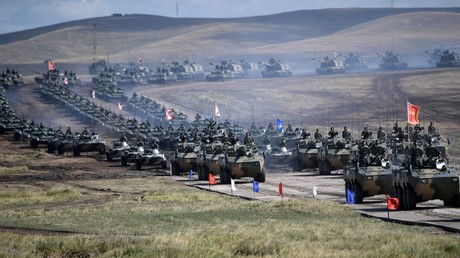 Steel march: Putin reviews troops & armor on parade during massive military drills (PHOTO, VIDEO)