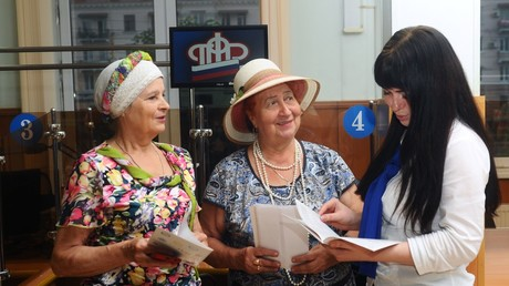 Women are consulted by an expert of the Russian Pension Fund in the Russian Pension Fund's client hall in Tambov © Alexey Suhorukov