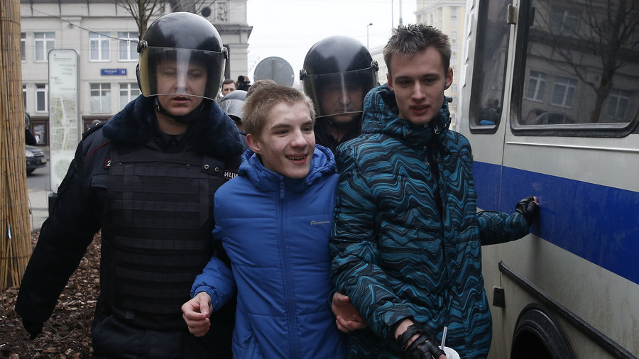 Russia mulls fines for involving minors in unlawful protests