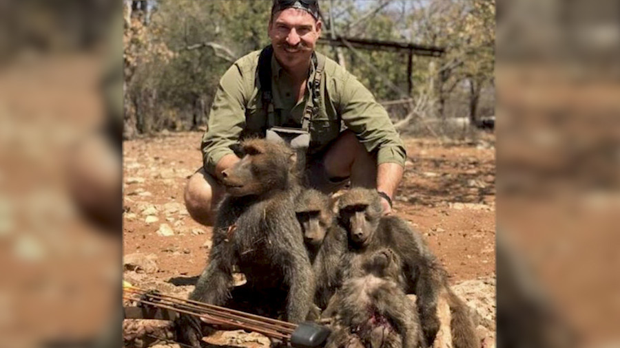 Top wildlife official resigns after posing on hunt with dead baboons & giraffe (PHOTOS)