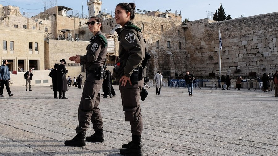 Israeli policewoman suspected of shooting & seriously injuring Palestinian for fun