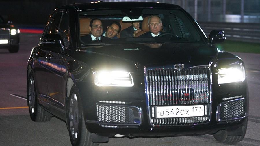 Checking it out: Putin drives Egypt's Sisi around F1 circuit in Aurus motorcade car (PHOTO)